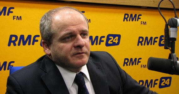 """""""Prawda jest taka, że śmierć polityka na służbie, na oczach wszystkich, zawsze będzie wywoływała dyskusje. Tego nie da się przemilczeć, bo taka jest natura społeczeństwa, (…) bo to jest arcypolityczny fakt"""" - mówił w Popołudniowej rozmowie w RMF FM Paweł Kowal, były polityk, politolog i historyk z PAN. """"Myślę, że z mordem politycznym mamy do czynienia wtedy, kiedy zamordowana jest osoba na służbie jako polityk, nieprzypadkowo, lub zamordowana jest jako polityk ze względu na swoje poglądy. Natomiast jeśli chodzi o argumenty, które podawane są 'przeciw'… trochę zaskoczyło mnie, że podaje je wielu historyków. Wystarczy sprawdzić, by wiedzieć, że bardzo wiele przypadków najbardziej znanych morderstw politycznych było dokonanych właśnie przez recydywistów, przez ludzi z przeszłością kryminalną, a także często dochodziło tam do stwierdzenia jakichś problemów mentalnych"""" - podkreślił."""