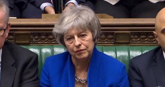 Theresa May i jej ministrowie zostają na stanowiskach: brytyjscy posłowie odrzucili wniosek o wotum nieufności wobec rządu. Złożyła go opozycyjna Partia Pracy tuż po tym, jak Izba Gmin zagłosowała we wtorek przeciwko forsowanemu przez rząd projektowi umowy ws. warunków wyjścia Wielkiej Brytanii z Unii Europejskiej. Gabinet May obroniony został nieznaczną różnicą kilkunastu głosów: przeciwko wotum nieufności zagłosowało 325 posłów, za odwołaniem rządu było 306 parlamentarzystów. Theresa May zapowiedziała już serię rozmów nt. brexitu z przedstawicielami innych partii politycznych. Ich liderzy zdążyli zaś postawić warunek.