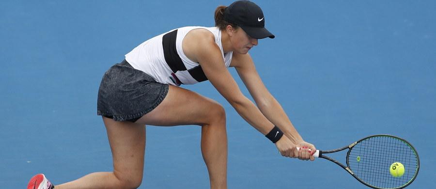 Debiutująca w seniorskim Wielkim Szlemie Iga Świątek odpadła w drugiej rundzie Australian Open. 17-letnia tenisistka, która do głównej drabinki dostała się z kwalifikacji, przegrała w Melbourne z rozstawioną z numerem 27. Włoszką Camilą Giorgi 2:6, 0:6.