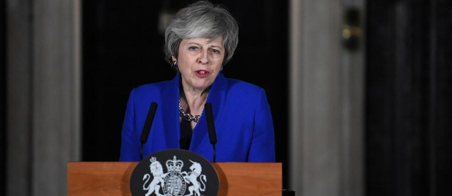 """Brytyjska premier Theresa May zaapelowała w środę wieczorem do posłów wszystkich ugrupowań o """"zjednoczenie się, postawienie interesu narodowego na pierwszym miejscu i zrealizowanie woli wyrażonej w referendum"""" o wyjściu kraju z Unii Europejskiej."""