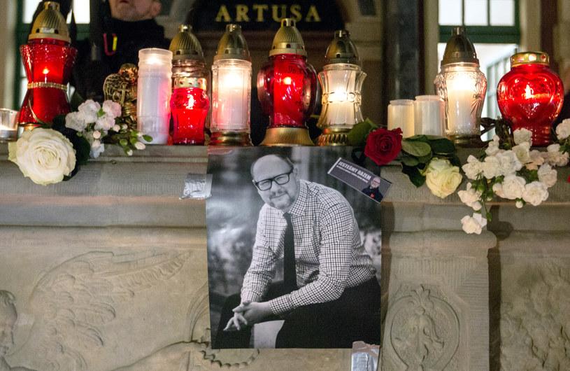 """Gdy ludzie usłyszeli tę piosenkę na wiecu ku pamięci zamordowanego prezydenta Gdańska Pawła Adamowicza, mieli łzy w oczach. Co takiego jest w utworze """"Sound of Silence"""", że wzrusza tłumy?"""