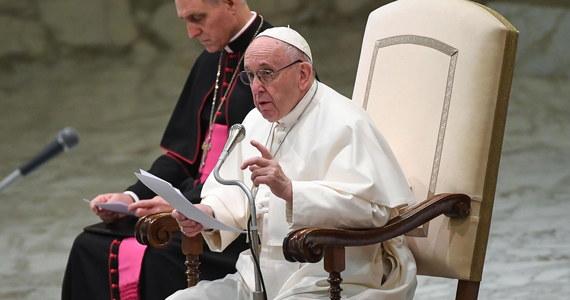 Także Jezus był uchodźcą i miał dramatyczne doświadczenia - napisał papież Franciszek we wstępie do zbioru swego nauczania i wypowiedzi na temat migracji. Dodał, że od wieków miliony ludzi wyruszają w drogę odczuwając pragnienie znalezienia lepszego życia.