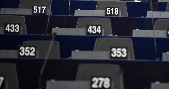 Parlament Europejski przegłosował stanowisko na negocjacje z Radą UE w sprawie odbierania unijnych funduszy krajom, które łamią zasady praworządności.