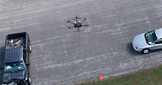 Wyposażone w kamery drony w połączeniu z odpowiednim oprogramowaniem pomogą policji drogowej w dokumentowaniu miejsc wypadków. To pozwoli znacznie ograniczyć czas dokumentacji, zmniejszyć ryzyko wtórnych wypadków i zmniejszyć czas ograniczeń w ruchu. Zapowiadają to naukowcy z Purdue University, którzy wraz z policjantami z hrabstwa Tippecanoe, przedstawili w tym tygodniu wstępne wyniki projektu pilotażowego na konferencji Transportation Research Board w Waszyngtonie.