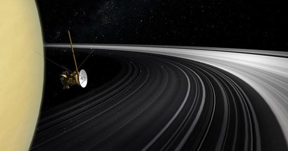 """Nie od razu Kraków zbudowano, nie od poczatku Saturn miał pierścienie. O prawdziwości pierwszego zdania jesteśmy przekonani od dawna. O tym, że i drugie jest prawdziwe, dowiadujemy się dziś. Pisze o tym na łamach czasopisma """"Science"""" międzynarodowy zespół naukowców pod kierunkiem badaczy z Uniwersytetu La Sapienza w Rzymie. Ich wnioski opierają się na wynikach badań wykonanych w 2017 roku, tuż przed zakończeniem misji, przez sondę Cassini."""