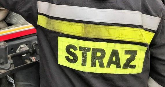 Policja z Częstochowy zatrzymała 43-latka, który w nocy mógł podpalić drzwi mieszkania w kamienicy przy ulicy Równoległej. Na skutek pożaru trzeba było ewakuować mieszkańców.