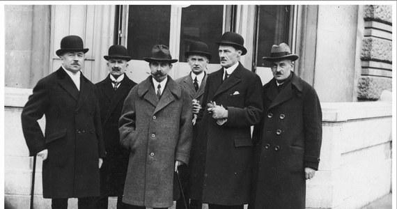 Równe 100 lat temu, w Paryżu rozpoczęła się konferencja pokojowa kończąca I wojnę światową Wzięły w niej udział tylko państwa zwycięskie. Efektem obrad był traktat wersalski, podpisany pomiędzy Niemcami i państwami ententy 28 czerwca 1919 r. Dzięki niemu Polska odzyskała większość ziem utraconych na rzecz Prus w I i II rozbiorze.