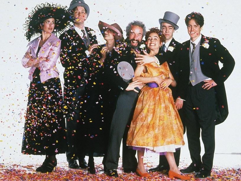 20 stycznia 1994 roku w kinach zadebiutowała komedia romantyczna o niepoukładanym trzydziestoletnim Brytyjczyku, który wraz z grupą najbliższych znajomych spotyka się na kolejnych weselach. Na jednym z nich poznaje piękną Amerykankę Carrie i zakochuje się w niej. Film okazał się słodko-gorzką historią o miłości, przyjaźni i stracie. Widzowie ją pokochali - i z wracają do niej do dziś.