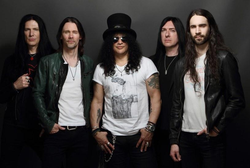 """Slash wraz z Mylesem Kennedym i zespołem The Conspirators już w lutym wyruszają w europejską trasę koncertową promując nadchodzące wydawnictwo. Nowa płyta """"Living The Dream"""" ukazała się 21 września minionego roku."""