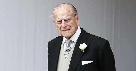 Kamery drogowe i ograniczenie szybkości wprowadzone zostaną na miejscu wczorajszego wypadku z udziałem męża brytyjskiej królowej, księcia Filipa. 97-latek wyszedł z niego bez szwanku, ale jego samochód się przewrócił. W chwili kraksy sędziwy arystokrata siedział za kierownicą. Brytyjski media komentują to zdarzenie bardzo ostrożnie.