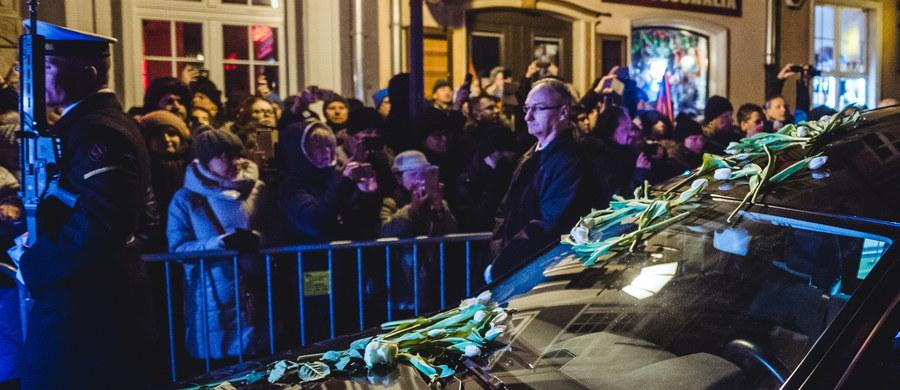 Kilka minut po godz. 17 w piątek wyruszył pochód, który odprowadził trumnę z ciałem Pawła Adamowicza ulicami Gdańska do Bazyliki Mariackiej. W tej świątyni w sobotę prezydent Gdańska zostanie pochowany. Msza pogrzebowa pod przewodnictwem metropolity gdańskiego abp. Sławoja Leszka Głodzia rozpocznie się w południe. W mieście ustawione zostały telebimy, aby dzięki nim mieszkańcy mogli uczestniczyć w uroczystościach pogrzebowych. Oto zapis relacji minuta po minucie z piątkowych uroczystości żałobnych.