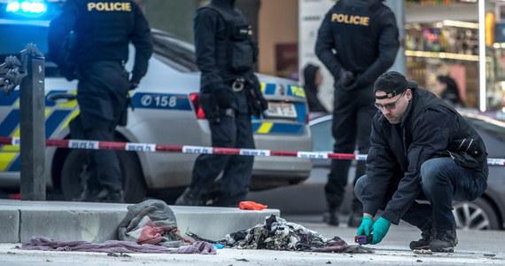 Mężczyzna, który podpalił się w piątek na placu Wacława w Pradze, pozostaje w stanie śpiączki farmakologicznej i jego stan jest poważny - poinformowała rzeczniczka szpitala na Vinohradach Jana Roubalova. Mężczyzna przebywa na oddziale intensywnej terapii.