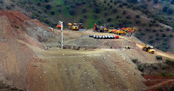 Prawdopodobnie dopiero w poniedziałek rano ekipa ratownicza rozpocznie wydobycie spod ziemi 2,5-letniego Julena, który w niedzielę wpadł do dziury po odwiercie w okolicach miasteczka Totalan koło Malagi na południu Hiszpanii.