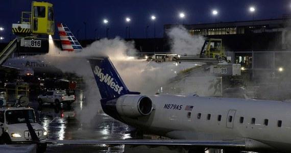 Zima zaatakowała na Środkowym Zachodzie USA. Padający bez przerwy gęsty śnieg spowodował konieczność odwołania ponad 900 lotów na chicagowskich lotniskach. Bardzo niebezpiecznie zrobiło się na drogach.