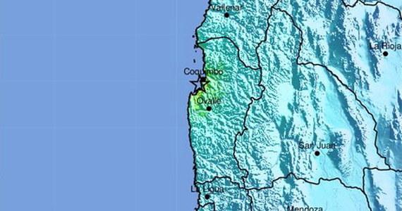 Trzęsienie ziemi o magnitudzie 6,7 nawiedziło w sobotni wieczór wybrzeże środkowej części Chile. Zginęły dwie osoby: z relacji miejscowych mediów wynika, że miały atak serca. Według zapewnień służb, nie ma zagrożenia falą tsunami.