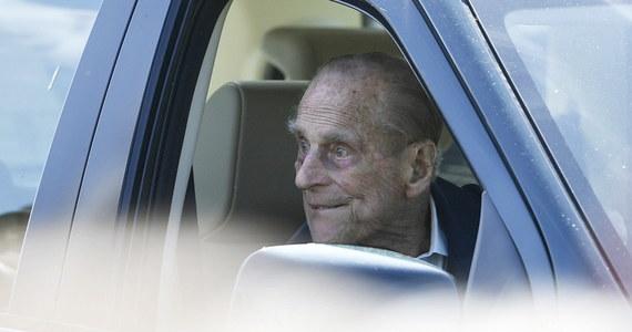 Książę Filip został upomniany przez policję za jazdę samochodem bez pasa bezpieczeństwa po drodze publicznej w pobliżu królewskiej rezydencji w Sandringham. Zaledwie dwa dni wcześniej mąż królowej Elżbiety II miał wypadek samochodowy w tej samej okolicy.