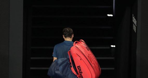 """Ogromna niespodzianka w Australian Open: w 1/8 finału wielkoszlemowego turnieju broniący tytułu Roger Federer musiał uznać wyższość Stefanosa Tsitsipasa! Po zaciętym boju rozstawiony z numerem trzecim, utytułowany Szwajcar przegrał z rozstawionym z """"14"""" Grekiem 7:6 (13-11), 6:7 (3-7), 5:7, 6:7 (5-7). Warto przypomnieć, że 37-letni Federer triumfował w dwóch poprzednich edycjach imprezy na kortach Melbourne Park, a w całej karierze po zwycięstwo w tym turnieju sięgał sześciokrotnie."""