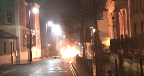 Po eksplozji samochodu pułapki, do której doszło w sobotę w północnoirlandzkim Londonderry, policja poinformowała w niedzielę o zatrzymaniu dwóch młodych mężczyzn. O spowodowanie eksplozji podejrzana jest Nowa IRA, która nie uznaje porozumienia wielkopiątkowego z 1998 r.