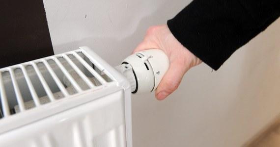 Z powodu awarii sieci ciepłowniczej nawet 10 tys. mieszkańców dwóch kieleckich osiedli nie ma od niedzielnego popołudnia ogrzewania i ciepłej wody w domach - poinformowała rzeczniczka Miejskiego Przedsiębiorstwa Energetyki Cieplnej w Kielcach Anna Niedzielska.