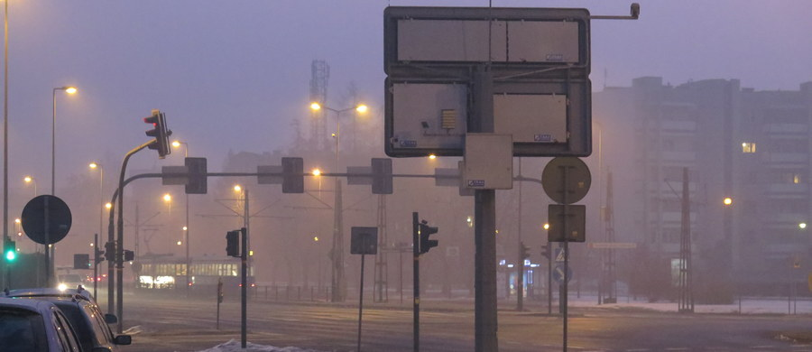 W poniedziałkowy poranek smog dusi Polaków. W wielu miejscach normy zanieczyszczeń są przekroczone kilkukrotnie. Z tego powodu w Krakowie jest darmowa komunikacja miejska.