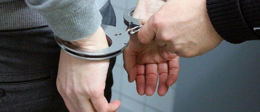 51-letni bezdomny mężczyzna groził, że zabije pracownice Miejskiego Ośrodka Pomocy Społecznej w Będzinie. Jak podaje policja, został zatrzymany, a później sąd zdecydował o jego tymczasowym aresztowaniu.
