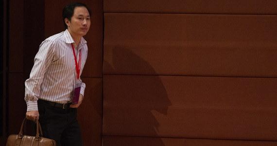 Chiński genetyk, He Jiankui, który w listopadzie ubiegłego roku zaszokował świat informacją o przyjściu na świat bliźniaczek, u których dokonał edycji genów, prowadził swoje eksperymenty z naruszeniem prawa, dla własnej sławy i korzyści - stwierdzają chińskie władze. Agencja Xinhua cytuje wstępny komunikat specjalnej komisji, powołanej przez władze prowincji Guangdong, która stwierdza, że He Jiankui działał w tajemnicy, wbrew jednoznacznie sformułowanym przepisom w tej sprawie.