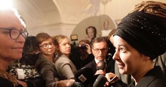 Z zaprezentowanego w poniedziałek w Sztokholmie składu gabinetu premiera Stefana Löfven wynika, że najważniejsi ministrowie w szwedzkim rządzie: spraw zagranicznych oraz obrony pozostaną na swoich stanowiskach na drugą kadencję. W nowym rządzie Löfven pojawiło się sześć nowych nazwisk. Jednym z nich jest nazwisko minister kultury i demokracji - Amandy Lind.