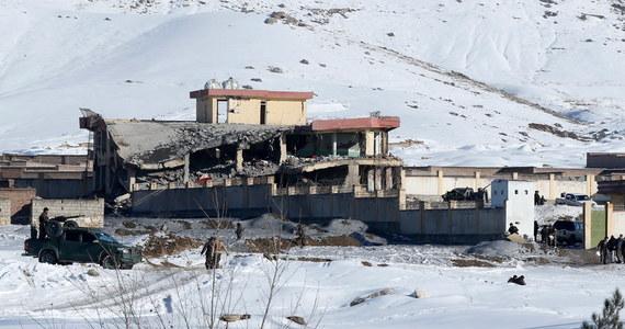 W ataku talibów w afgańskiej prowincji Wardan zginęło ponad 120 funkcjonariuszy sił bezpieczeństwa, w tym ośmiu komandosów. Wcześniej w doniesieniach o ataku na bazę wojskową połączoną z akademią policyjną mówiono o 12 ofiarach.