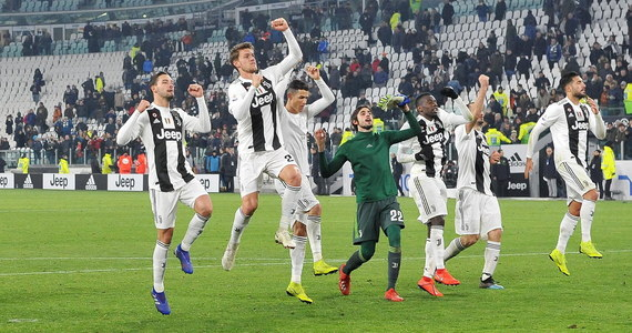 Prowadzący w tabeli włoskiej ekstraklasy piłkarze Juventusu Turyn nie zawiedli w meczu z ostatnim Chievo Werona, wygrywając u siebie 3:0. Zwycięstwo mogło być bardziej okazałe, ale w 52. minucie rzutu karnego nie wykorzystał Portugalczyk Cristiano Ronaldo.