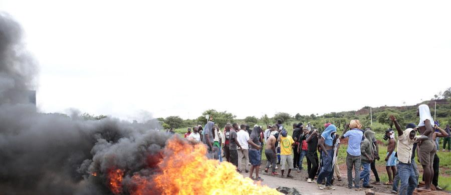 Przedstawiciele grupy obrońców praw człowieka wyznaczonej przez rząd w Zimbabwe oskarżyli żołnierzy o stosowanie tortur podczas tłumienia protestów. Już drugi tydzień trwają tam demonstracje, które zaczęły się po podwyżce cen paliwa. Dochodzi do licznych aktów przemocy.