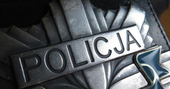 Mimo reanimacji nie udało się uratować mężczyzny, który uciekając w nocy w Gdańsku przed policją uderzył autem w budynek. 55-latek mógł być pod wpływem alkoholu. Jego woń wyczuli od niego policjanci udzielający mu pomocy.