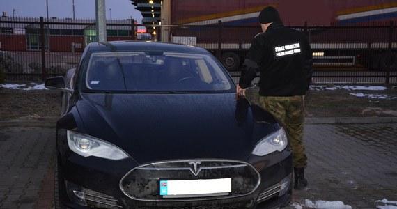 Strażnicy graniczni w Dorohusku udaremnili wywóz na Ukrainę tesli wartej około 350 tys. zł. Okazało się, że auto było kradzione.
