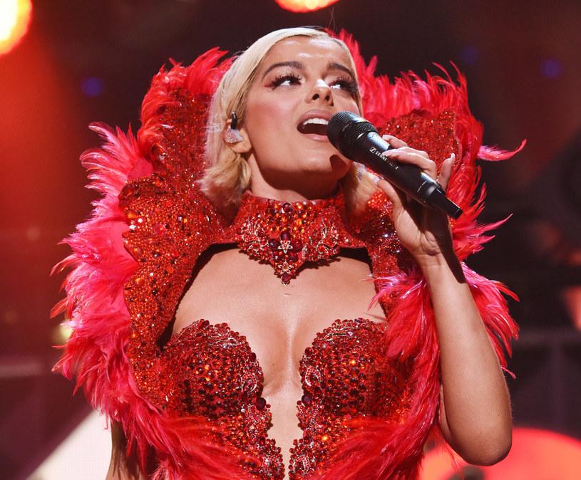 Zdenerwowana wokalistka Bebe Rexha ujawniła niedawno, że wielu projektantów mody, do których zwróciła się z prośbą o stworzenie kreacji na tegoroczne rozdanie nagród Grammy, odmówiło jej twierdząc, że jest za gruba.