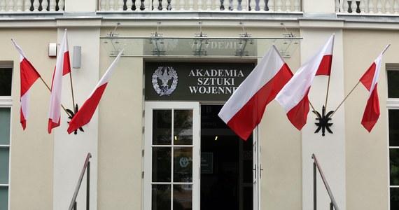 Akademia Sztuki Wojennej jednak będzie szkolić w tym roku przyszłych generałów. W letnim semestrze ruszy kolejna edycja Podyplomowych Studiów Polityki Obronnej - dowiedział się reporter RMF FM.
