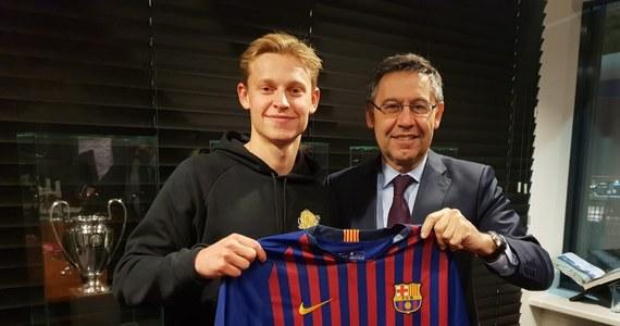 Holender Frenkie de Jong przejdzie z Ajaksu Amsterdam do Barcelony za 86 mln euro. Tym samym hiszpański klub, do którego 21-letni piłkarz przeniesie się latem, wygrał rywalizację m.in. z Paris Saint Germain i Manchesterem City.