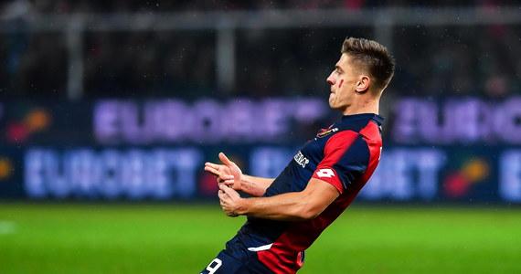 Krzysztof Piątek jest już oficjalnie piłkarzem AC Milan. O transferze Polaka do klubu, w którym grały takie gwiazdy jak Paulo Maldini, Andrij Szewczenko czy Filipo Inzaghi mówiło się od kilku tygodni. Teraz Krzysztof Piątek złożył podpis na umowie z włoską drużyną.