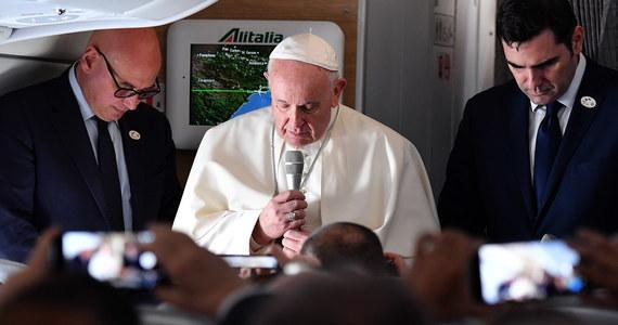 Po 13 godzinach bezpośredniego lotu z Rzymu papież Franciszek przybył w środę do Panamy na 34. Światowe Dni Młodzieży. Na lotnisko w stolicy kraju przybył powitać papieża prezydent Juan Carlos Varela, a także nuncjusz apostolski arcybiskup Mirosław Adamczyk.