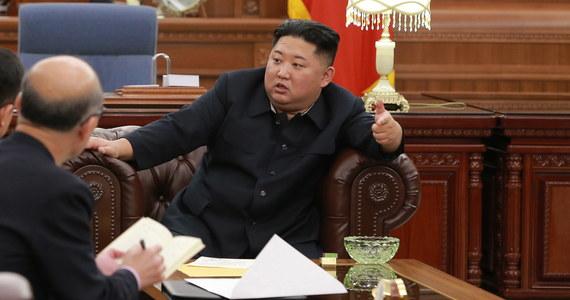 Przywódca Korei Płn. Kim Dzong Un jest usatysfakcjonowany wynikiem ostatnich rozmów północnokoreańskiej delegacji, które niedawno miały miejsce w Waszyngtonie - poinformowała agencja prasowa KCNA. Przywódca reżimu wyraził także zadowolenie z treści listu, otrzymanego od prezydenta USA Donalda Trumpa.