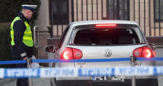 Jest wniosek o areszt dla Tomasza S., mężczyzny, który we wtorek samochodem staranował bariery zabezpieczające dziedziniec Pałacu Prezydenckiego, a wcześniej potrącił próbującego go zatrzymać policjanta – dowiedział się reporter RMF FM Krzysztof Zasada. Warszawska prokuratura postawiła mu zarzuty czynnej napaści na funkcjonariusza, a także próby wtargnięcia na teren siedziby prezydenta.