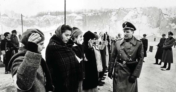 """Mija 25 lat od premiery jednego z najważniejszych filmów w historii kina. Nagrodzona 7 Oscarami """"Lista Schindlera"""" Stevena Spielberga wraca do kin. Film ponownie będzie można obejrzeć na wielkim ekranie 27 stycznia. Ten dzień to 74. rocznica wyzwolenia obozu Auschwitz-Birkenau."""