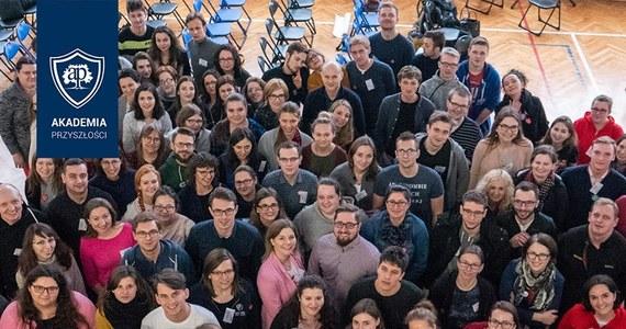 16. edycja Akademii Przyszłości trwa w najlepsze w całej Polsce. To program, który pomaga dzieciom w budowaniu pewności siebie i wzmacnia ich poczucie własnej wartości. Mali studenci spotykają się na cotygodniowych spotkaniach z osobistymi tutorami, odkrywają w sobie talenty i odnoszą sukcesy, które wpisują do Indeksów. W tym roku w programie bierze udział ponad 2000 dzieci. Mogłoby więcej, ale potrzebni są wolontariusze. Odważ się, nie daj im czekać i zostań SuperW! Bądź jak Ola. I Ania.