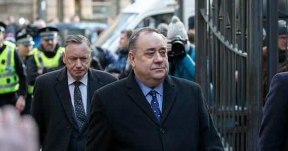 Były pierwszy minister Szkocji Alex Salmond pojawił się w czwartek w sądzie w Edynburgu po porannym zatrzymaniu przez policję. Postawiono mu czternaście zarzutów związanych m.in. z wieloma oskarżeniami o molestowanie seksualne i dwie próby gwałtu.