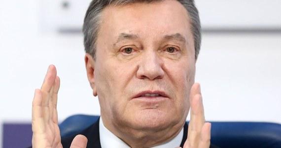 Zbiegły do Rosji były prezydent Ukrainy Wiktor Janukowycz został skazany na 13 lat pozbawienia wolności w procesie o zdradę stanu - ogłosił sąd rejonowy dzielnicy Obołoń w Kijowie.