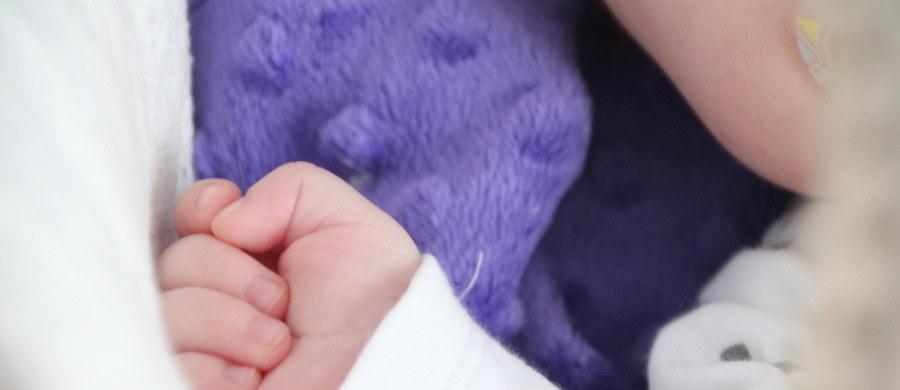 """Jest areszt dla ojca 3-miesięcznego chłopca, który 15 stycznia z licznymi złamaniami trafił do szpitala w Elblągu - informuje portal tvn24. """"Każda kość kończyn niemowlaka była złamana. Miał też złamaną żuchwę, uszkodzoną kość czaszki i stłuczoną nerkę"""" - wymienia rzecznik medycznej placówki Małgorzata Adamowicz."""