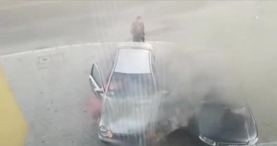 W centrum Bolesławca (woj. dolnośląskie) mercedes prowadzony przez starszego mężczyznę zapalił się podczas jazdy. Spanikowany kierowca wjechał na parking pomiędzy inne samochody. Kierowcy zaparkowanych samochodów w pośpiechu wycofali swoje pojazdy z parkingu. Na pomoc ruszyli natomiast pracownicy sklepu Auto Centrum, którym udało się ugasić samochód.