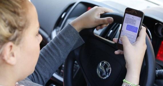 """Około 5 tysięcy policjantów wyjechało na drogi w całej Polsce w ramach akcji """"Telefony"""". Kontrolowali kierowców pod kątem używania telefonów bez zestawów głośnomówiących."""