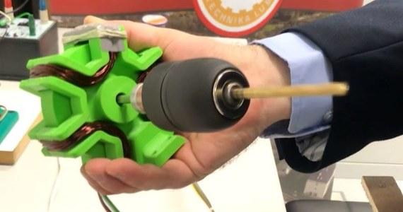 Supernowoczesny silnik elektryczny stworzyli naukowcy z Politechniki Lubelskiej. Zbudowali prototyp bezrdzeniowego, bezszczotkowego silnika prądu stałego. Silnik jest tańszy w produkcji, ponieważ obudowa nie musi być stalowa. Przez to jest dużo lżejszy, wydajniejszy i energooszczędny. Jest także prostszej konstrukcji, niż obecnie stosowane silniki BLDC.