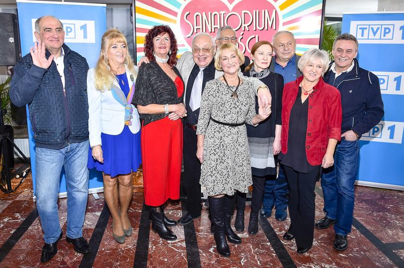 """Dwanaście osób bierze udział w """"Sanatorium miłości"""" - sześć pań i sześciu panów. Dlaczego zdecydowali się wyjechać do Ustronia w towarzystwie kamer? I czy ten program może zmienić ich życie? Drugi odcinek produkcji już w najbliższą niedzielę, 27 stycznia, w TVP1."""