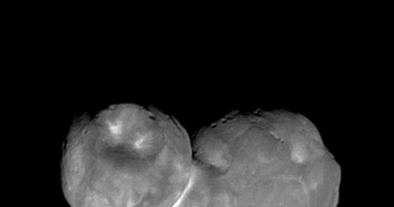 NASA publikuje najdokładniejsze do tej pory zdjęcie planetoidy Ultima Thule, tajemniczego obiektu 2014 MU69 z Pasa Kuipera, który 1 stycznia minęła sonda New Horizons. Próbnik, który 3,5 roku temu przesłał na Ziemię pierwsze dokładne zdjęcia Plutona i jego księżyców i tym razem nie zawiódł. Przesyła kolejne zdjęcia najdalszego do tej pory ciała niebieskiego, które pojazd z Ziemi zdołał odwiedzić.