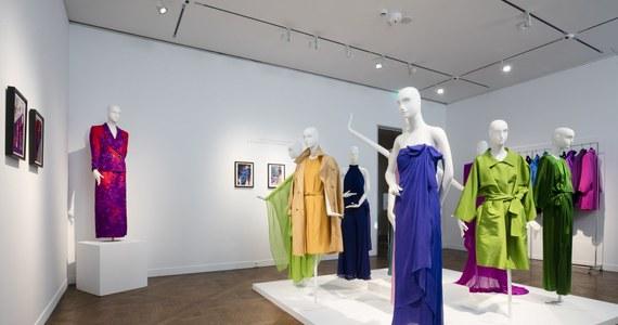 Rekordy popularności pobiła aukcja kreacji sławnego paryskiego dyktatora mody Yvesa Saint Laurenta, które należały do gwiazdy francuskiego kina Catherine Deneuve. Około ćwierć tysiąca wieczorowych sukni, garsonek, spódnic i kożuszków sprzedanych zostało w Paryżu za blisko milion euro.